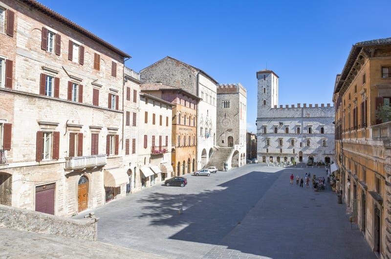 Η Ιταλία, Ουμβρία, Todi, η Del Popolo πλατεία, Del Capitano έφυγε στοκ εικόνα με δικαίωμα ελεύθερης χρήσης