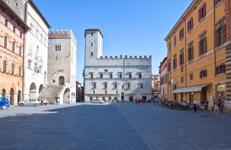Η Ιταλία, Ουμβρία, Todi, η Del Popolo πλατεία, Del Capitano έφυγε στοκ φωτογραφίες