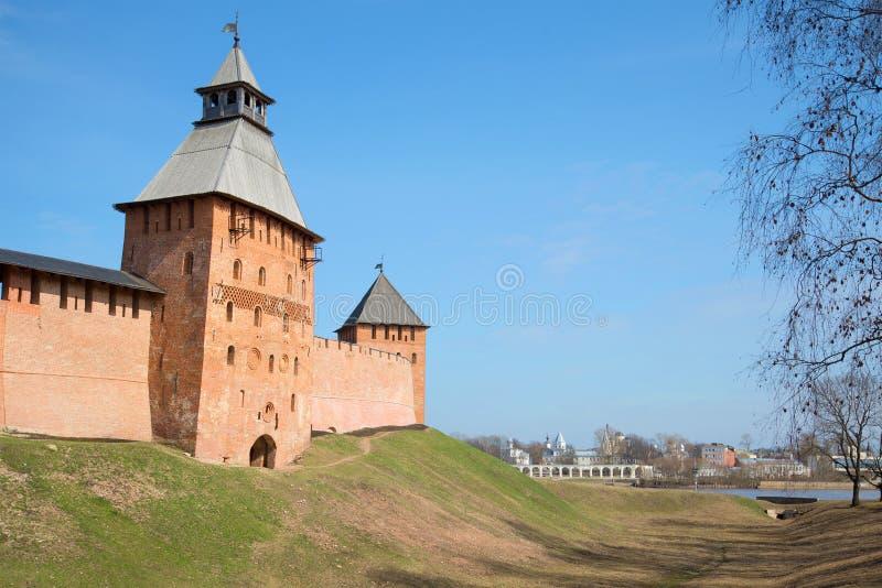 Ηλιόλουστη ημέρα Απριλίου κοντά στους τοίχους του αρχαίου Κρεμλίνου Velikiy Novgorod, Ρωσία στοκ φωτογραφίες