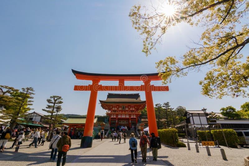 Ηλιόλουστος με το torii και την κύρια αίθουσα Fushimi Inari Taisha Shrin στοκ φωτογραφία με δικαίωμα ελεύθερης χρήσης