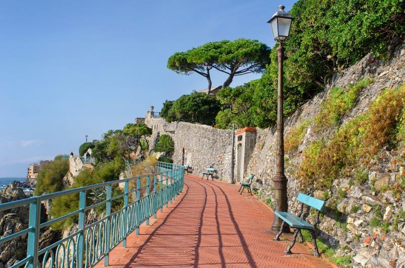 Ηλιόλουστος περίπατος παραλίας στη Γένοβα Nervi στοκ εικόνα με δικαίωμα ελεύθερης χρήσης
