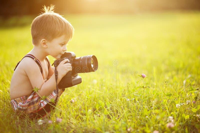 Ηλιόλουστο πορτρέτο του παιδιού με τη κάμερα στοκ φωτογραφία