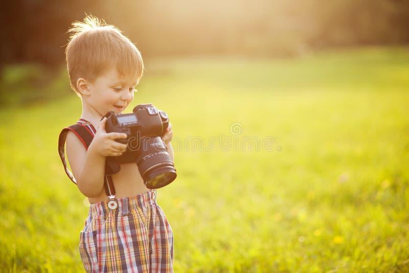 Ηλιόλουστο πορτρέτο του παιδιού με τη κάμερα στοκ φωτογραφίες