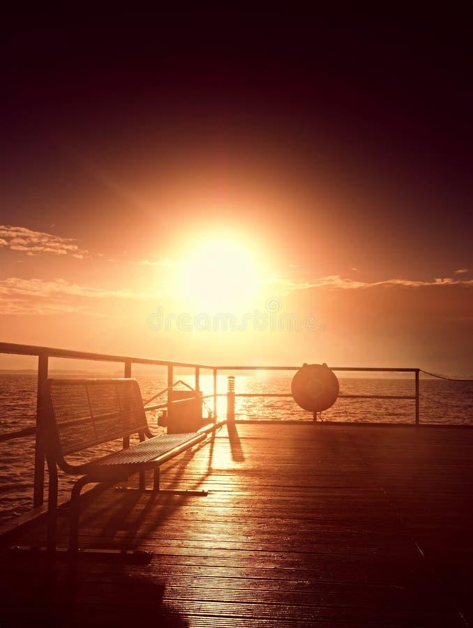 Ηλιόλουστο misty πρωί φθινοπώρου στο λιμάνι Τουριστικός τυφλοπόντικας, υγρό ξύλινο πάτωμα επάνω από τη θάλασσα στοκ εικόνα με δικαίωμα ελεύθερης χρήσης