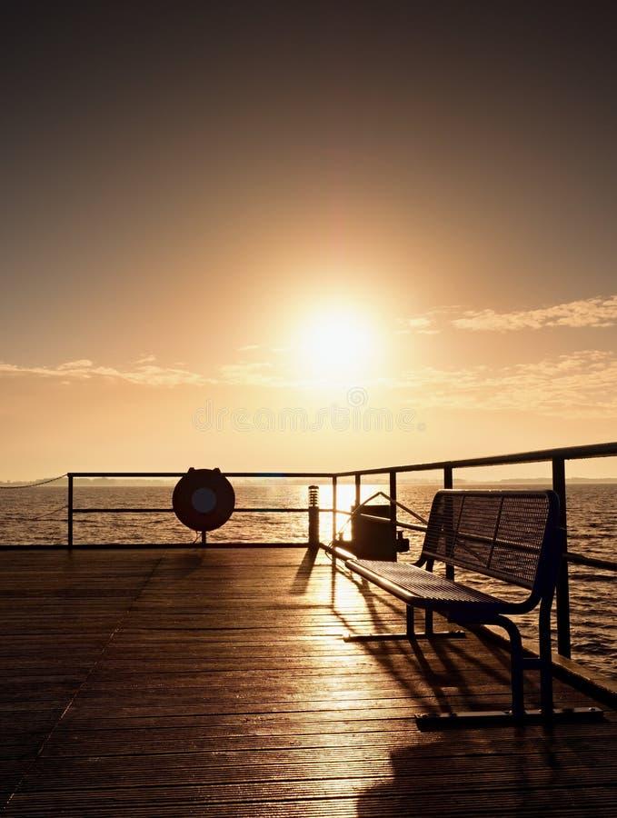 Ηλιόλουστο misty πρωί φθινοπώρου στο λιμάνι Τουριστικός τυφλοπόντικας, υγρό ξύλινο πάτωμα επάνω από τη θάλασσα στοκ εικόνα