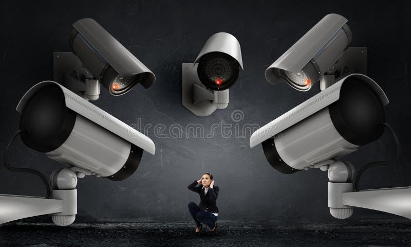Η κάμερα παρακολουθεί τη γυναίκα στοκ φωτογραφία