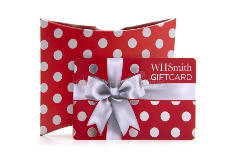 Η κάρτα δώρων Χ Smiths σε ένα άσπρο υπόβαθρο περιλαμβάνει το κιβώτιο δώρων στοκ εικόνα με δικαίωμα ελεύθερης χρήσης