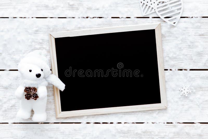 Η κάρτα ημέρας βαλεντίνων, snowflakes, καρδιές, παιχνίδι αφορά και πίνακας το άσπρο ξύλινο υπόβαθρο, τοπ άποψη, διάστημα αντιγράφ στοκ φωτογραφία