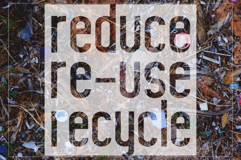 Η κάρτα κινήτρου με το κείμενο μειώνει, επαναχρησιμοποιεί, ανακυκλώνει Δεδομένου ότι το υπόβαθρο βρίσκεται η φωτογραφία των πλαστ στοκ φωτογραφία με δικαίωμα ελεύθερης χρήσης
