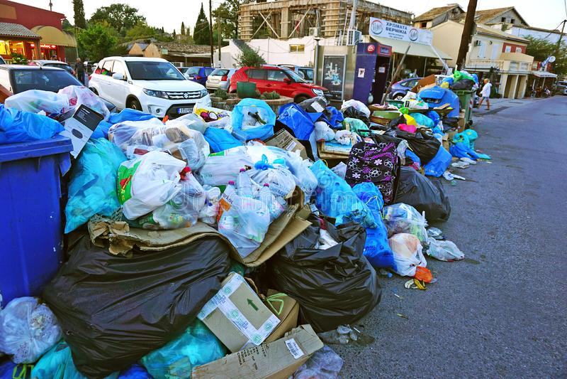 Η Κέρκυρα, Ελλάδα, στις 18 Οκτωβρίου 2018, απόβλητα που διασκορπίζονται σε όλο το νησί προκαλεί την κριτική από τον πληθυσμό στοκ φωτογραφία με δικαίωμα ελεύθερης χρήσης