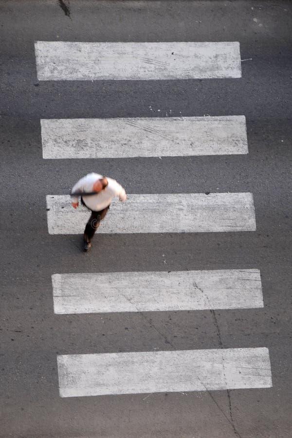 Επιχειρηματίας στη διάβαση πεζών στοκ φωτογραφία με δικαίωμα ελεύθερης χρήσης