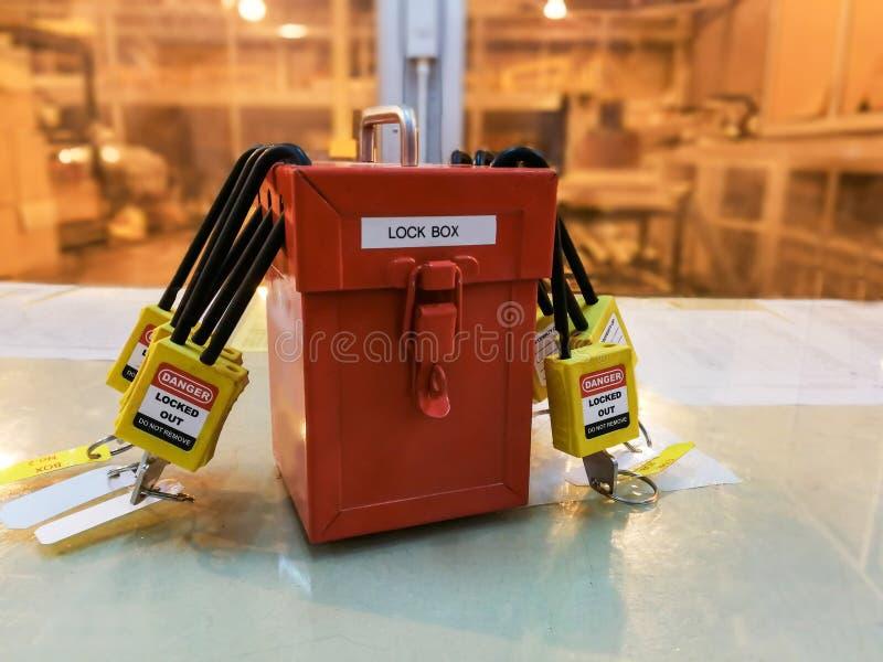 Η κίτρινες βασικές κλειδαριά και η ετικέττα για τη διαδικασία κόβουν ηλεκτρικό, η τραβέρσα τ στοκ εικόνες