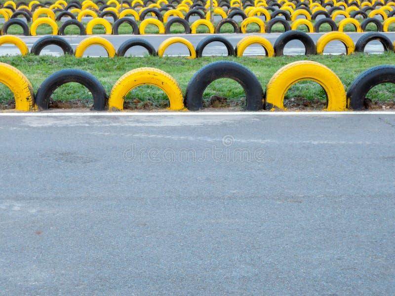 Η κίτρινη και μαύρη ρόδα πηγαίνει kart εμπόδια διαδρομής στοκ φωτογραφία με δικαίωμα ελεύθερης χρήσης