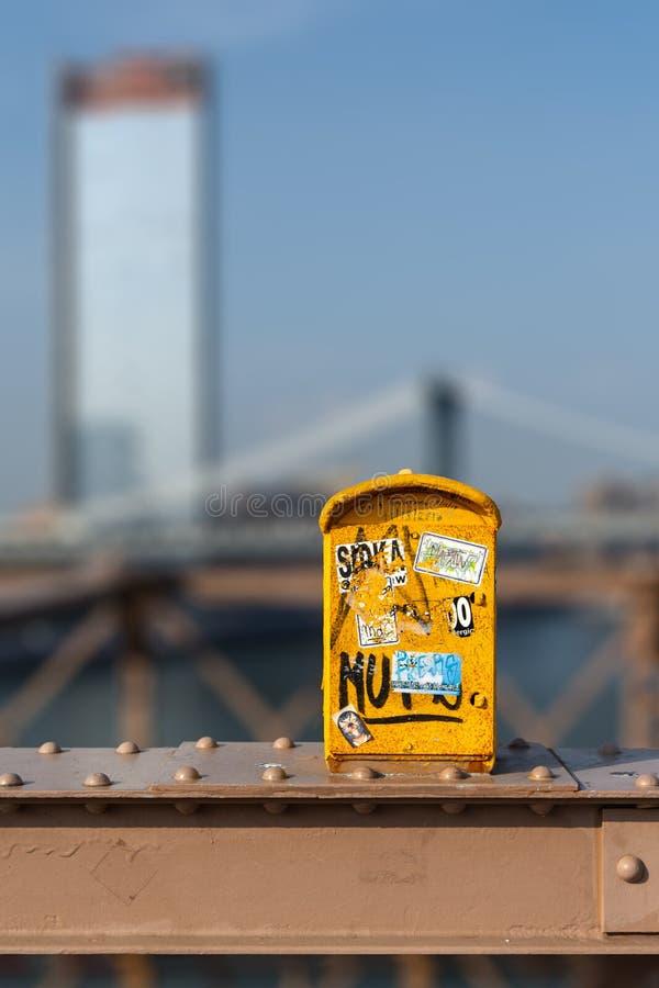 Η κίτρινη ταχυδρομική θυρίδα σε NYC στοκ φωτογραφίες