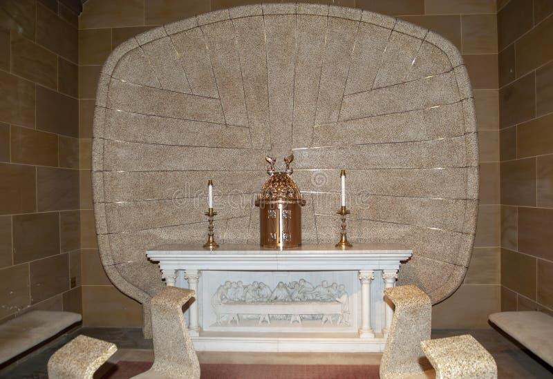 Η καθολική εκκλησία αλλάζει το εσωτερικό πριν από τη ημέρα γάμου στοκ εικόνα