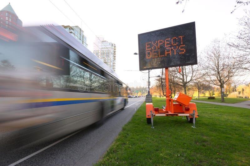 Η καθυστέρηση κυκλοφορίας οδήγησε το λεωφορείο σημαδιών στοκ εικόνες με δικαίωμα ελεύθερης χρήσης