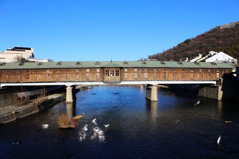Η καλυμμένη ξύλινη γέφυρα στην πόλη Lovech πέρα από τον ποταμό Osam χτίζει το 1874 - Βουλγαρία στοκ φωτογραφία με δικαίωμα ελεύθερης χρήσης