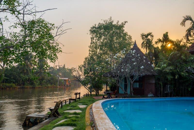 Η καλύβα εκτός από του chanel και της λίμνης στην επαρχία στοκ εικόνες με δικαίωμα ελεύθερης χρήσης