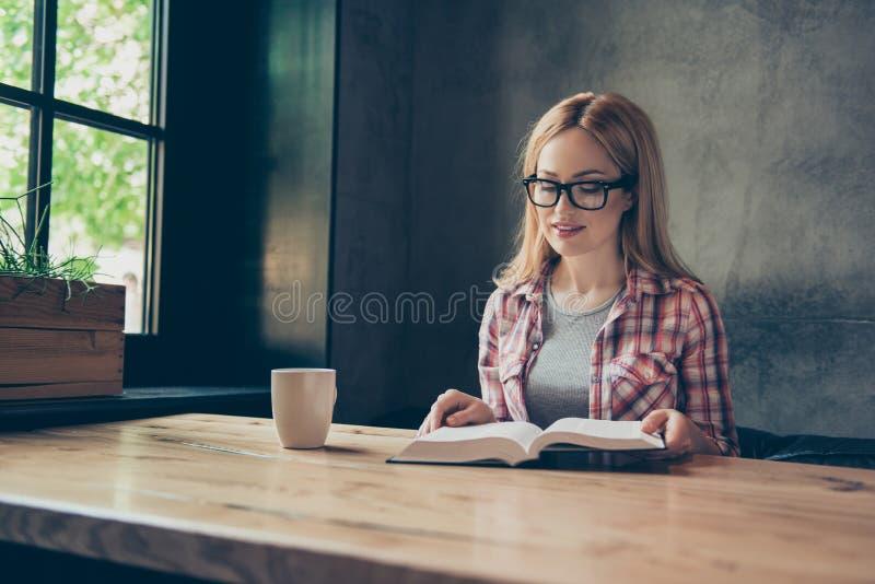 Η καλύτερη πηγή να πάρει τη γνώση διαβάζει ένα βιβλίο! Έξυπνο CL στοκ εικόνες