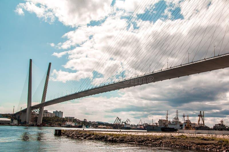 Η καλώδιο-μένοντη γέφυρα του Βλαδιβοστόκ πηγαίνει στον ουρανό στοκ εικόνα με δικαίωμα ελεύθερης χρήσης