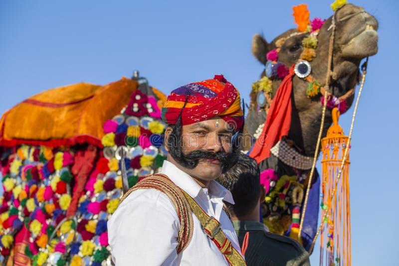 Η καμήλα και τα ινδικά άτομα που φορούν το παραδοσιακό φόρεμα Rajasthani συμμετέχουν στον κ. Διαγωνισμός ερήμων ως τμήμα του φεστ στοκ εικόνες με δικαίωμα ελεύθερης χρήσης