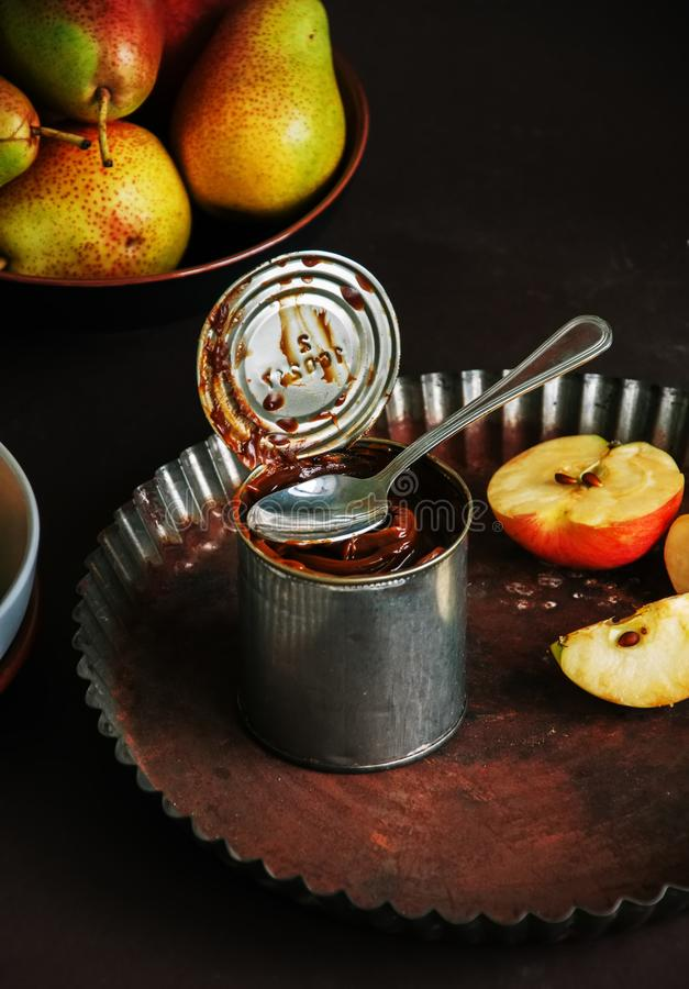 Η καραμέλα de leche Dulce στο α μπορεί να κονσερβοποιήσει, μήλα και αχλάδια Ψήσιμο γ στοκ εικόνες με δικαίωμα ελεύθερης χρήσης