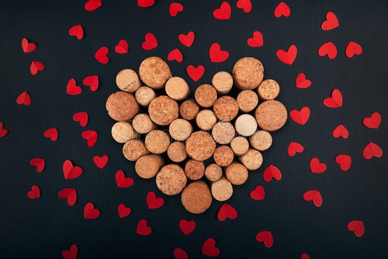 Η καρδιά βαλεντίνων από το κρασί βουλώνει στο υπόβαθρο στοκ φωτογραφία
