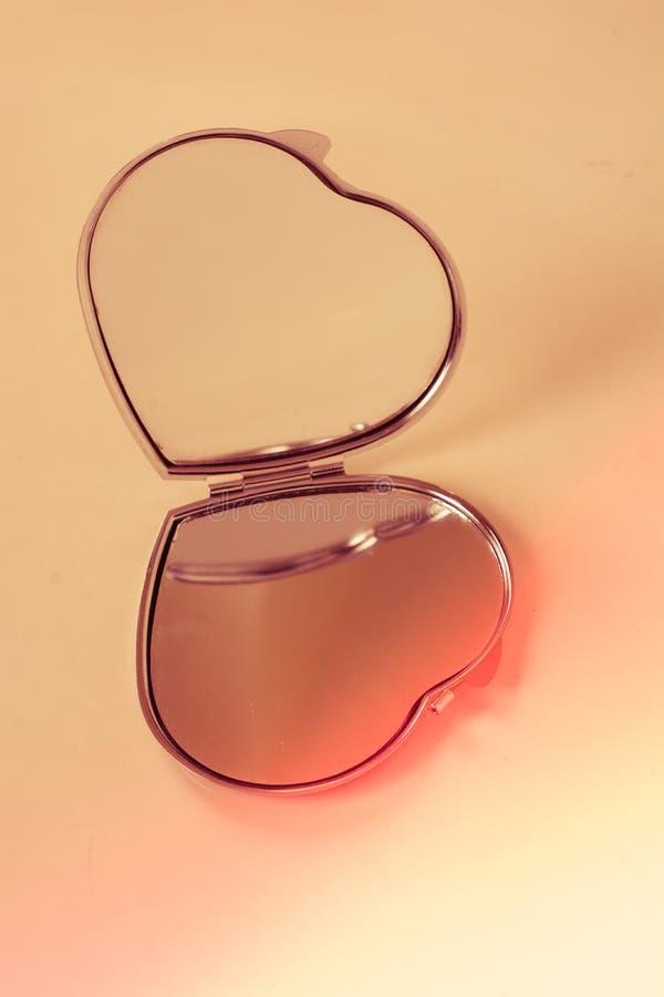 Η καρδιά διαμόρφωσε τα διακοσμητικά αντικείμενα ανά τα ζευγάρια στοκ φωτογραφίες με δικαίωμα ελεύθερης χρήσης