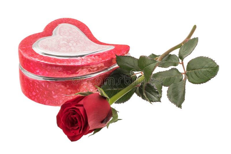 Η καρδιά που διαμορφώθηκε διαμόρφωσε το κιβώτιο κοσμήματος με ένα κόκκινο αυξήθηκε στοκ εικόνες