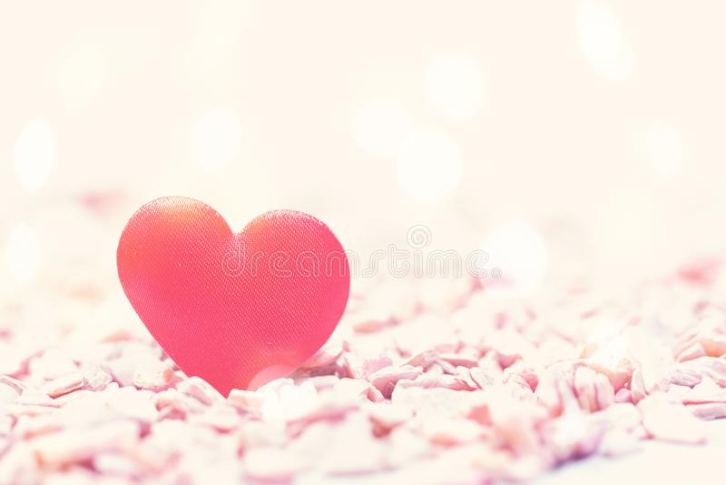 Η καρδιά στις ρόδινες πέτρες στο αναδρομικό ύφος στοκ φωτογραφία