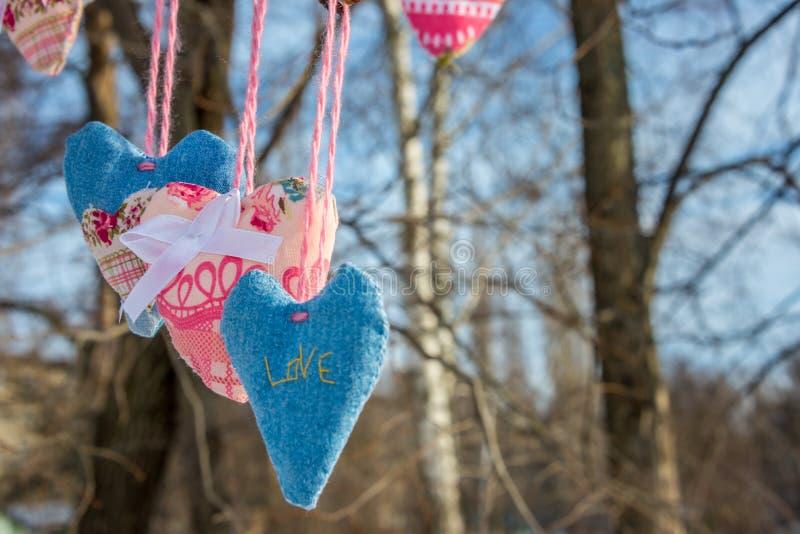 Η καρδιά του υφάσματος στους κλάδους ενός δέντρου στοκ φωτογραφία