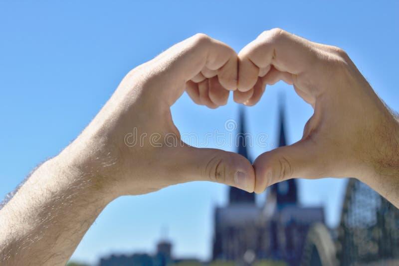 Η καρδιά φιαγμένη από παραδίδει το μέτωπο του καθεδρικού ναού της Κολωνίας στοκ εικόνες