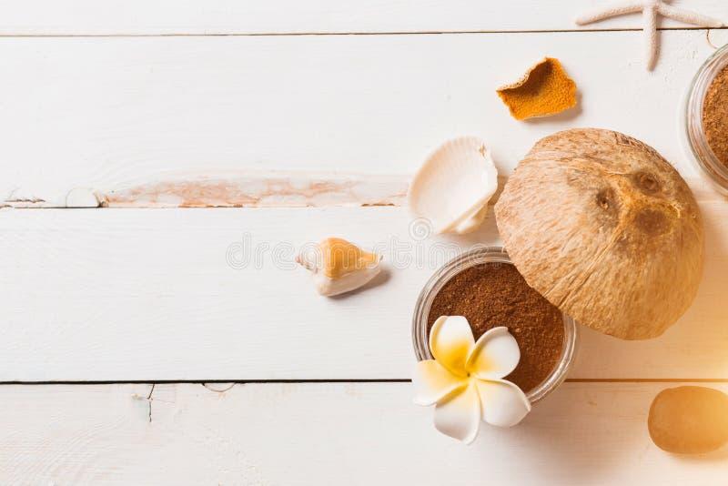 Η καρύδα, προϊόντα SPA, καφές τρίβει, πετσέτες και θαλασσινά κοχύλια στο άσπρο υπόβαθρο στοκ φωτογραφίες με δικαίωμα ελεύθερης χρήσης