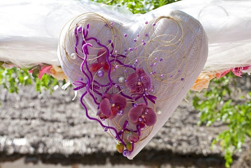 Η καρδιά γαμήλιων ντεκόρ ανθίζει το υπόβαθρο στοκ φωτογραφία με δικαίωμα ελεύθερης χρήσης