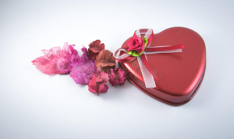 Η καρδιά διαμόρφωσε την κόκκινη αγάπη με τα ξηρά λουλούδια στοκ φωτογραφία