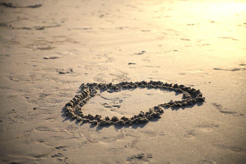 Η καρδιά που επισύρεται την προσοχή στην άμμο στοκ φωτογραφία με δικαίωμα ελεύθερης χρήσης
