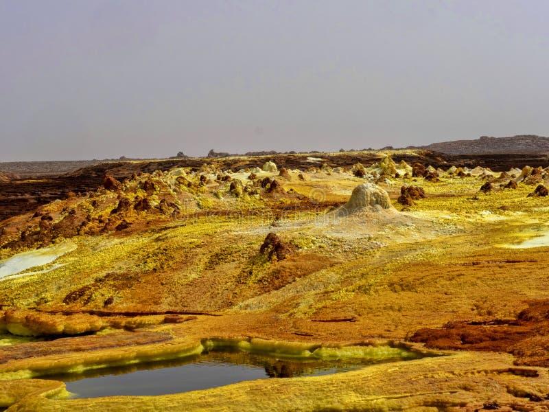 Η κατάθλιψη Danakilian των διάφορων ατμίδων, ατμός προκύπτει και ροές νερού έξω Αιθιοπία στοκ εικόνα
