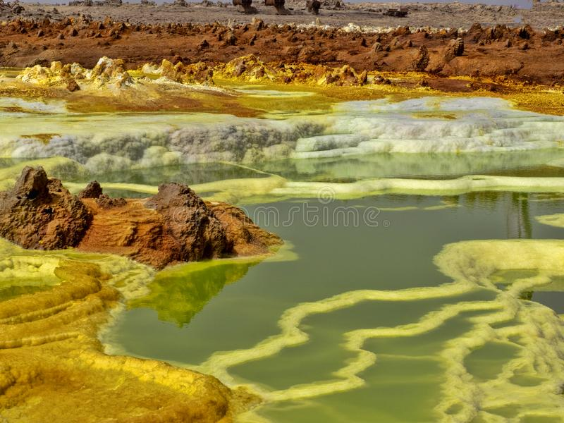 Η κατάθλιψη Danakilian των διάφορων ατμίδων, ατμός προκύπτει και ροές νερού έξω Αιθιοπία στοκ φωτογραφία