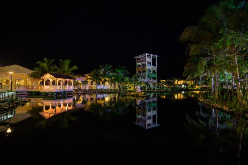 Η κατάπληξη, άποψη πρόσκλησης των λόγων ξενοδοχείων Caribe μνημών άναψε τα διάφορα θερμά φω'τα, που απεικονίστηκαν με στο νερό στ στοκ εικόνα