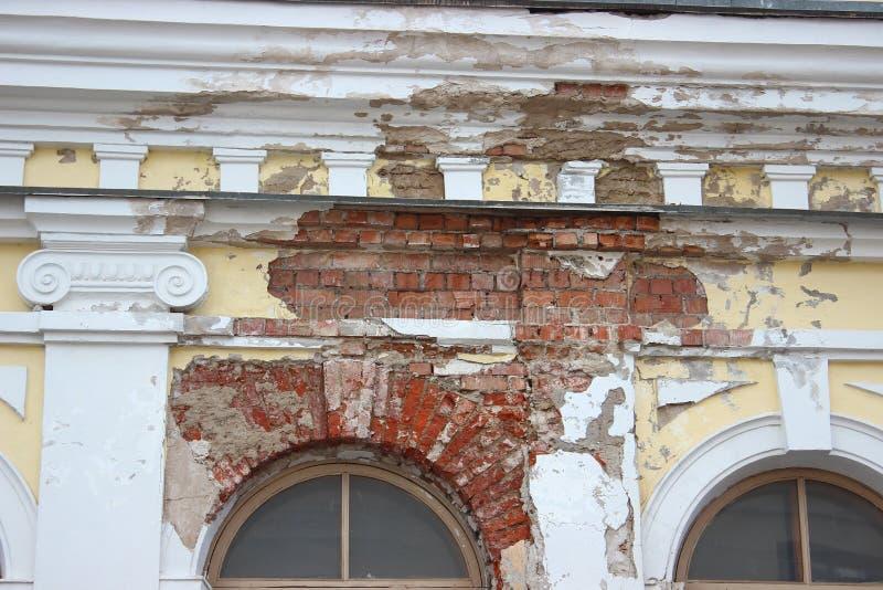 Η κατάρρευση του ασβεστοκονιάματος από τον τοίχο, η καταστροφή του κτηρίου τουβλότοιχος του παλαιού σπιτιού αναδημιουργία, επισκε στοκ φωτογραφία με δικαίωμα ελεύθερης χρήσης