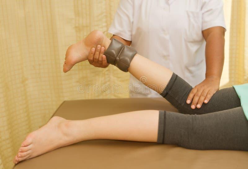 Η κατάρτιση Rehab για το γόνατο και μπλοκάρει το μυ με το φυσικό thera στοκ φωτογραφίες