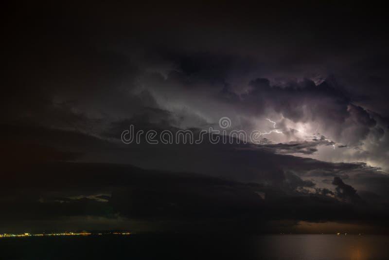 Η καταιγίδα πέρα από τη θάλασσα, αστραπή κτυπά το νερό στοκ εικόνες με δικαίωμα ελεύθερης χρήσης