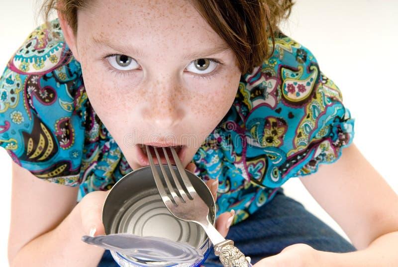 Η κατανάλωση νέων κοριτσιών από μπορεί στοκ εικόνες