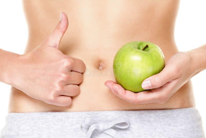 Η κατανάλωση των υγιών φρούτων μήλων είναι καλή για το στομάχι στοκ εικόνες