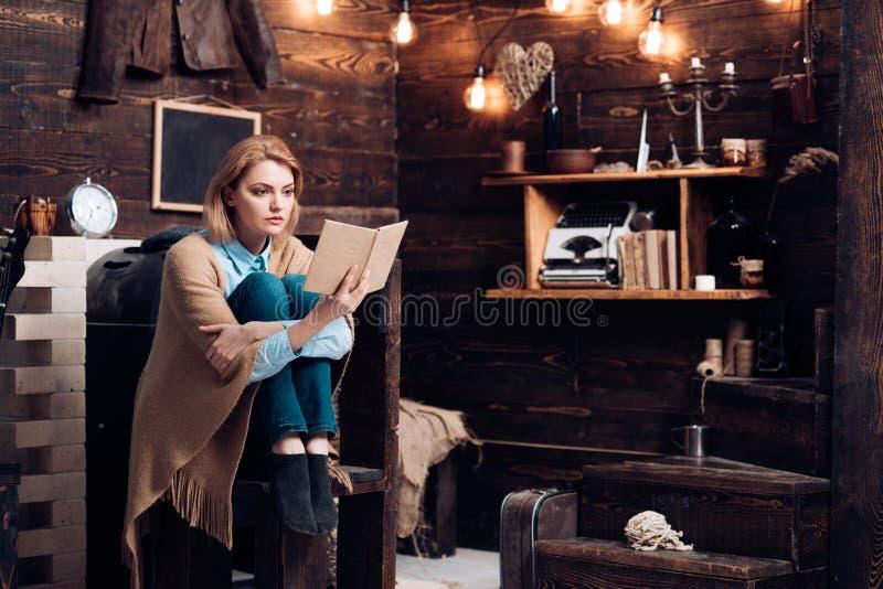 Η κατανόηση γνώσης και ανάγνωσης είναι κλειδιά στη βασική εκπαίδευση Ο σπουδαστής παίρνει τη γνώση από το βιβλίο Η όμορφη γυναίκα στοκ φωτογραφίες με δικαίωμα ελεύθερης χρήσης