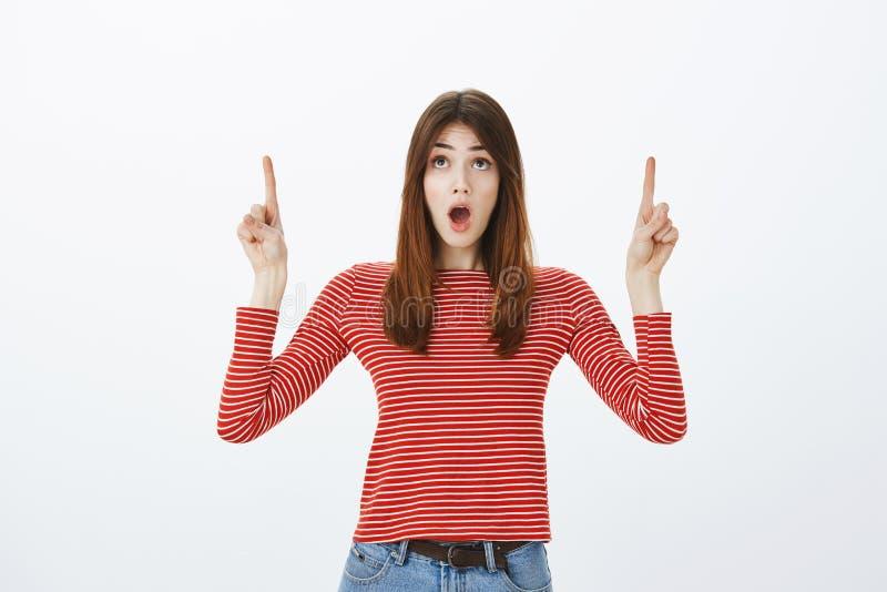 Η καταπληκτική διαφήμιση παίρνει την αναπνοή μακριά Πορτρέτο της έκπληκτης εντυπωσιασμένης ελκυστικής γυναίκας με την καφετιά τρί στοκ φωτογραφίες με δικαίωμα ελεύθερης χρήσης