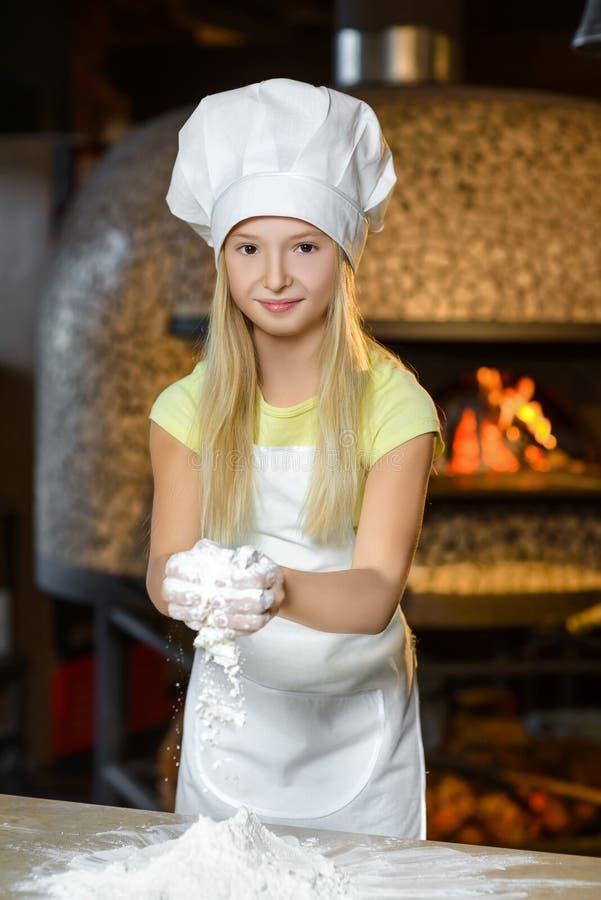 Η κατασκευή της ζύμης για την πίτσα είναι διασκέδαση - λίγος αρχιμάγειρας στοκ εικόνες