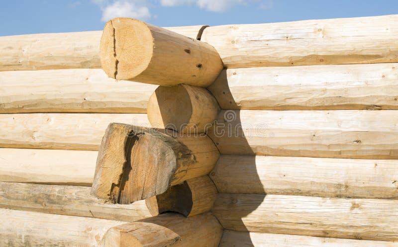 Η κατασκευή το κατάλληλο σπίτι κούτσουρων γραφέων στοκ εικόνα