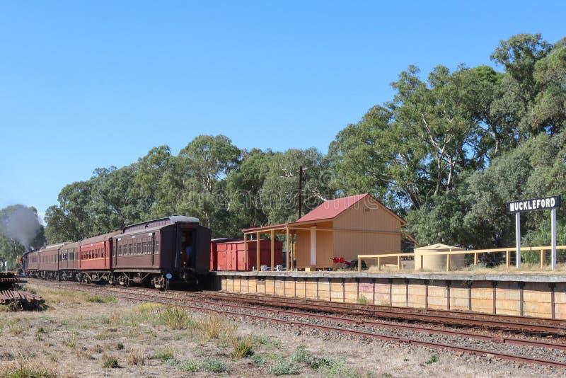 Η κατηγορία 549 J σιδηροδρομικός σταθμός αναχώρησης Muckleford τραίνων ατμού τουριστών στοκ εικόνες με δικαίωμα ελεύθερης χρήσης