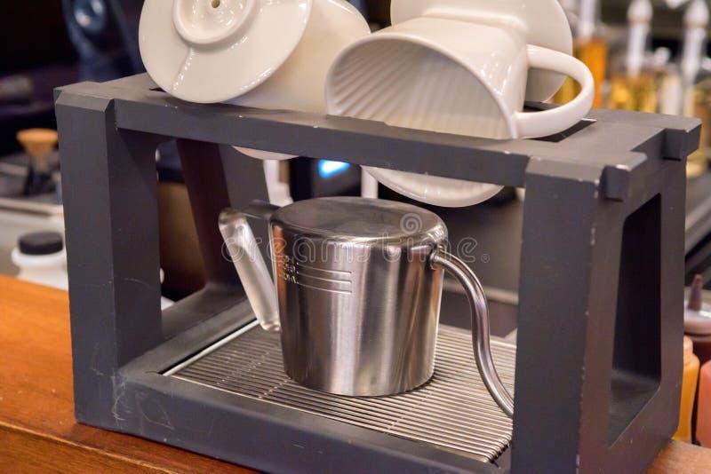 Η κατσαρόλα μετάλλων και τα άσπρα φλυτζάνια ξεραίνουν στην κουζίνα στοκ φωτογραφίες με δικαίωμα ελεύθερης χρήσης